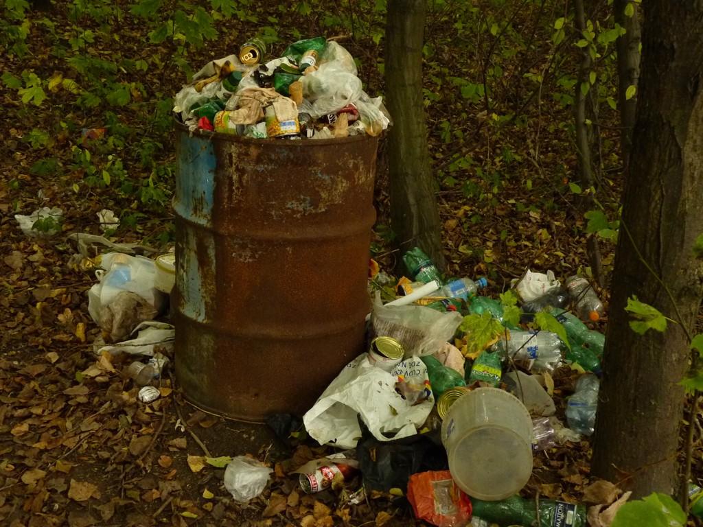 Kontejnery mizí, odpadky se kupí. Uklízejí to rybáři