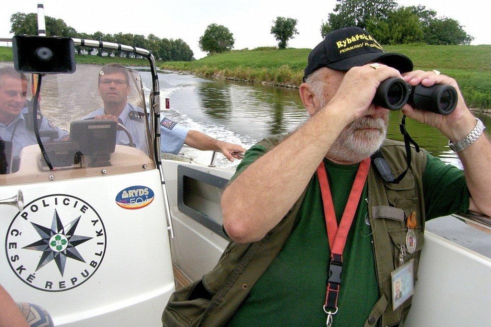Cizinci bez pasů načerno lovili ryby. Jeden jich v batohu schovával dvacet