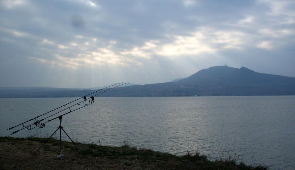 ZÁKAZ BIVAKOVÁNÍ: Rybáři si mohou za toto omezení sami! U vody se chovají jako dobytek!