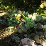 """NECHUTNÉ: Slovenskou řeku zaplavily odpadky! Déšť smyl odpadky znedalekých """"osad"""""""