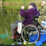 """Tohle je rybářský nápad roku! Nafukovací """"vozíčky"""" dostanou tělesně postižené rybáře na ryby!"""