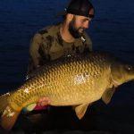 Rekord svazovky? Rybář na Olešné chytil obrovského kapra! Byla to zdejší největší ryba?