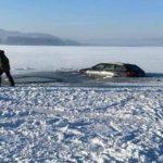 Šílenci! Autem chtěli přejet zamrzlou přehradu! Probořili se do vody