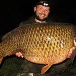 Gigantický kapr ze zimního Labe: Váha na 26 kilo nestačila! Kolik téhle rybě tipujete?