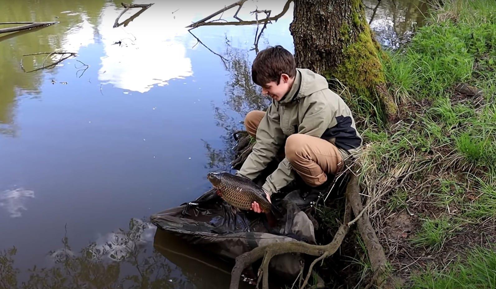 VIDEO: Nejcennější kapr vživotě? Mladý rybář chytil rybu na super těžké lokalitě!