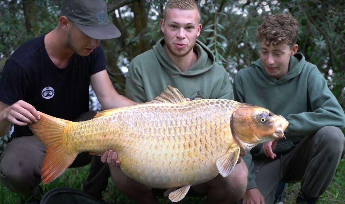 VIDEO: Gigantický zlatý kapr o váze 26 kilo! Tohle je životní sen každého rybáře