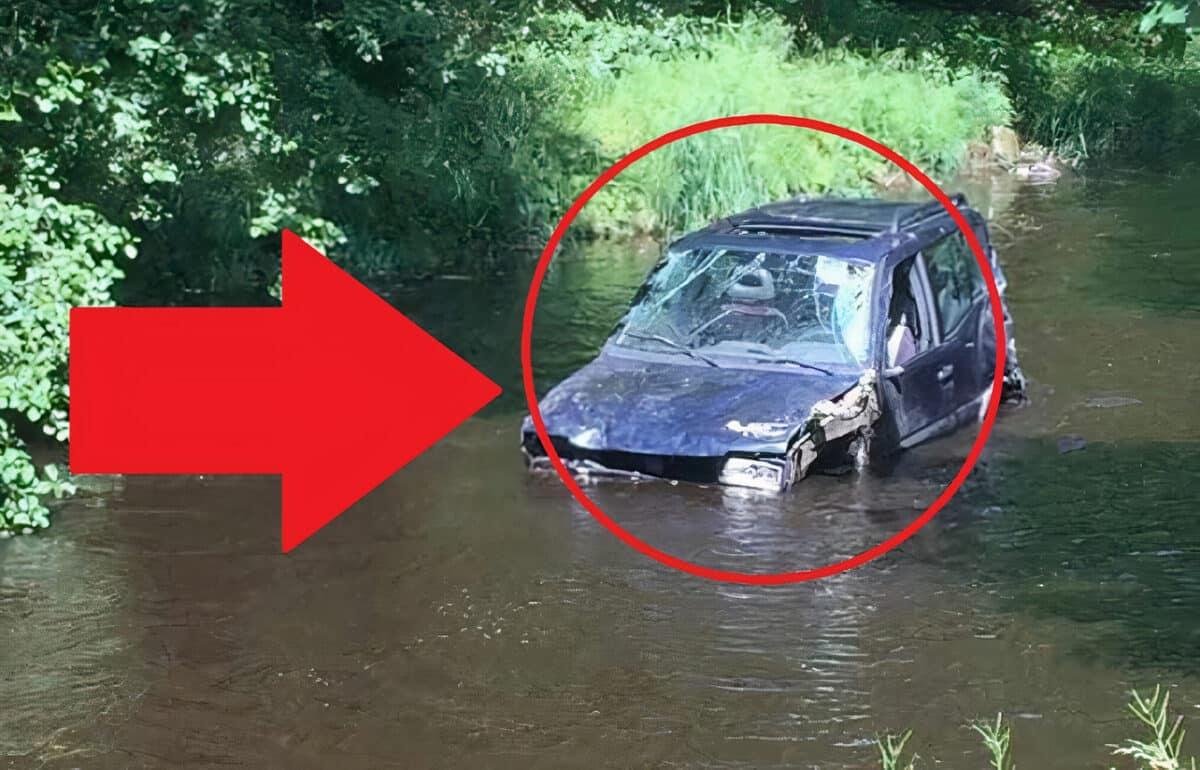 Prase roku? Někdo zaparkoval auto do řeky! Rybáři přivolali hasiče