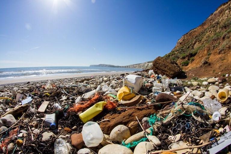 Mikroplastů může být v oceánu dvakrát víc, než byl původní odhad