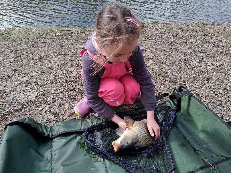 Jak šestiletá rybářka Baruška nachytala víc ryb než tatínek