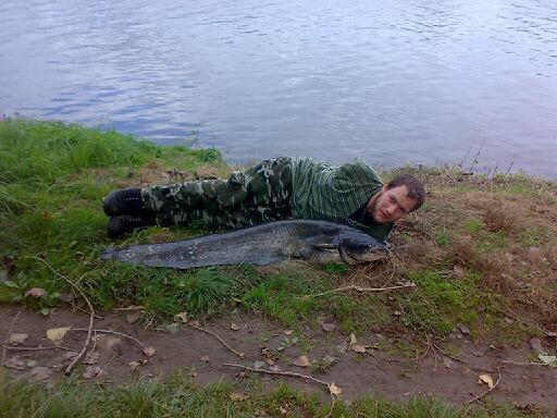 Přišel o obě ruce, rybařit nepřestal. Podívejte se, jak loví