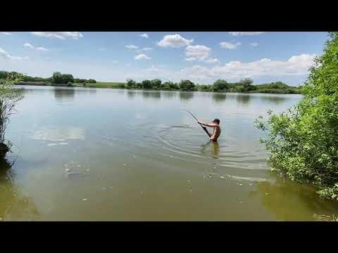 Sumec strhl rybáře s prutem do jezera. Ten si to ale nenechal líbit…