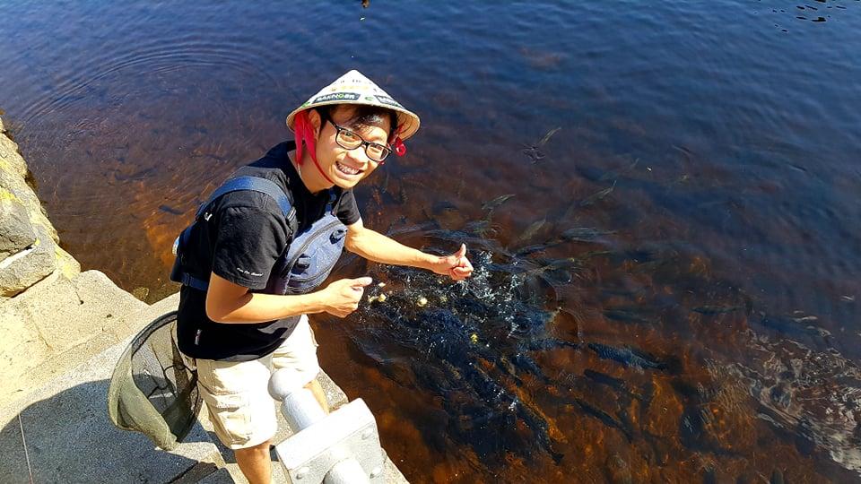 Šonovo rybaření: Krmení pstruhů z ruky