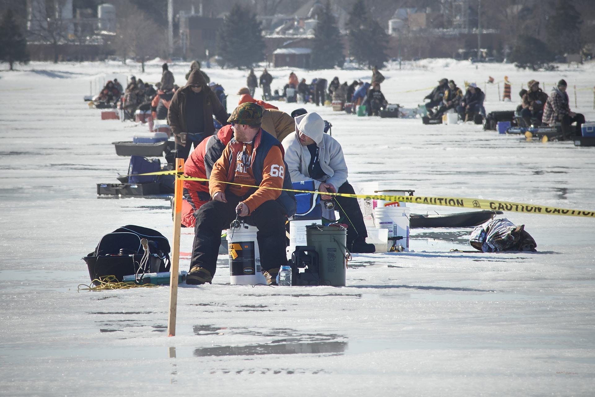 Rybáře chytající na dírkách zachraňoval vrtulník