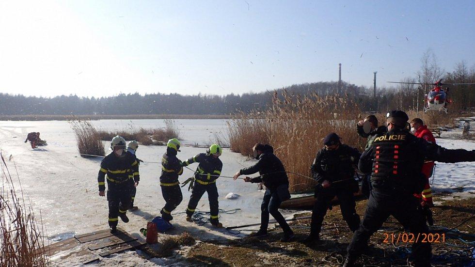 Pod rybáři se prolomil led, jednoho zachraňovali hasiči