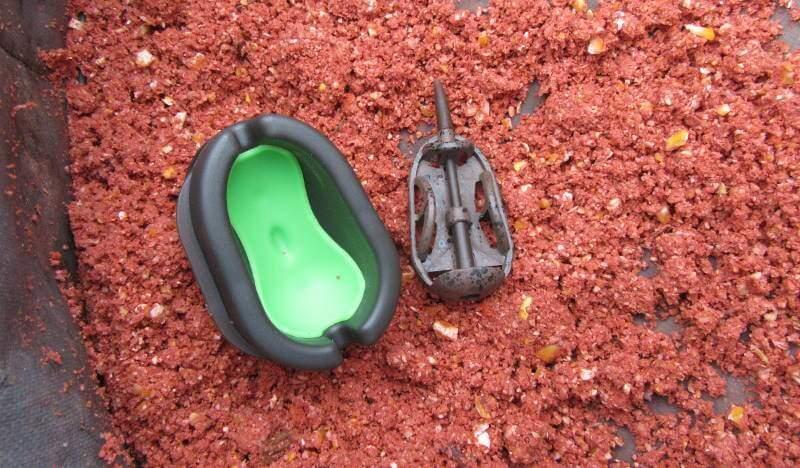 Co dělat když se krmení lepí na formičku krmítka