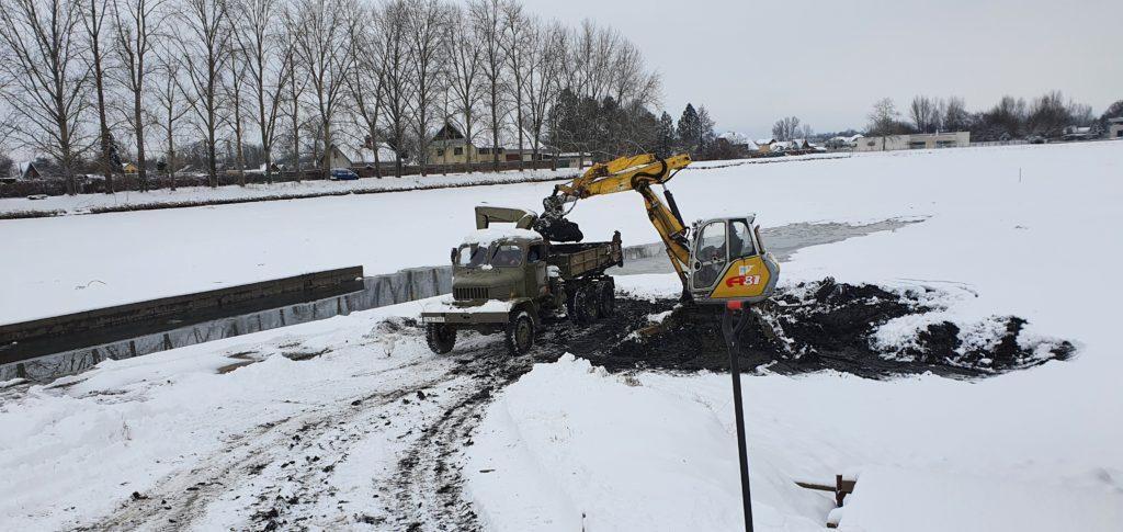 Práce na odbahnění loviště Ležáneckého rybníka pokračují