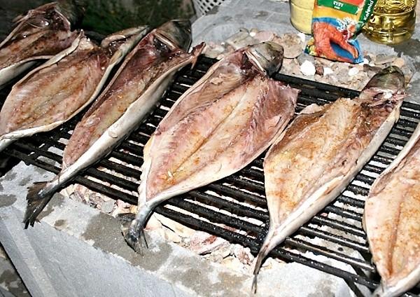 Makrela grilovaná na roštu - začátek grilování
