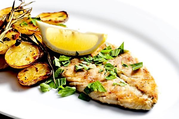 Grilované rybí filety na talíři