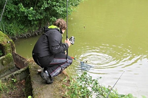 Vylovení ryby pomocí podběráku