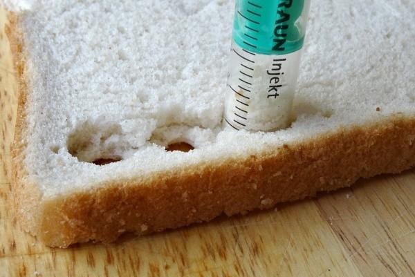 Vykrajování toustového chleba pomocí uříznuté injekční stříkačky