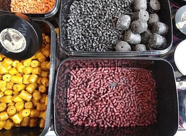 Zakrmovací peletky - různé chutě