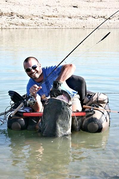 Cílený lov sumců z belly boatu - šťastný lovec a jeho úlovek