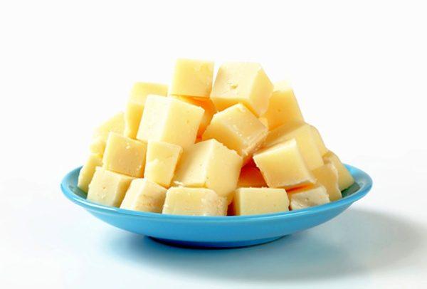 Kostky tvrdého sýru