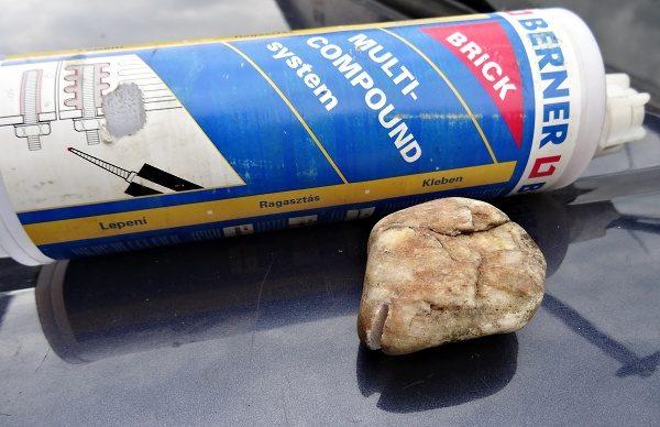 Chemická kotva a kámen s výbrusem