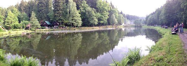 Panoramatické foto na rybník se závodníky