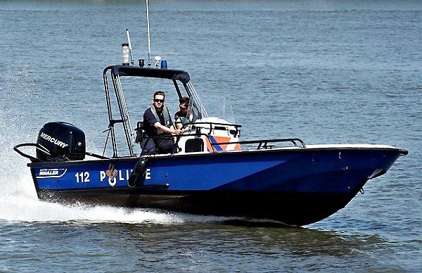 Policie a rybářská stráž na vodě ...