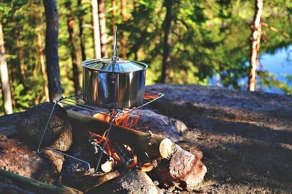 Jídlo u vody připravené na ohni.