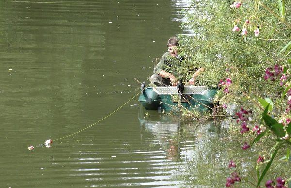 Na činku s nastraženou živou rybičkou - chytání z lodi.