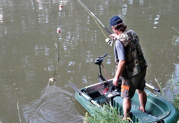 Montáž s tyčovou bójkou na konci s nástražní rybkou.
