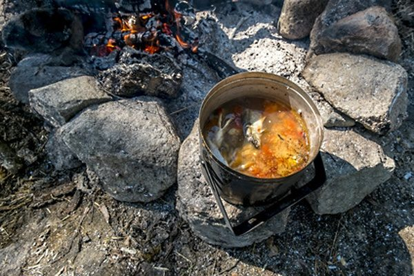 Rybí polévka na ohni
